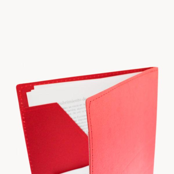 carpeta-colores-bloc-hojas-carton-reciclado-rojo-detalle-costuras