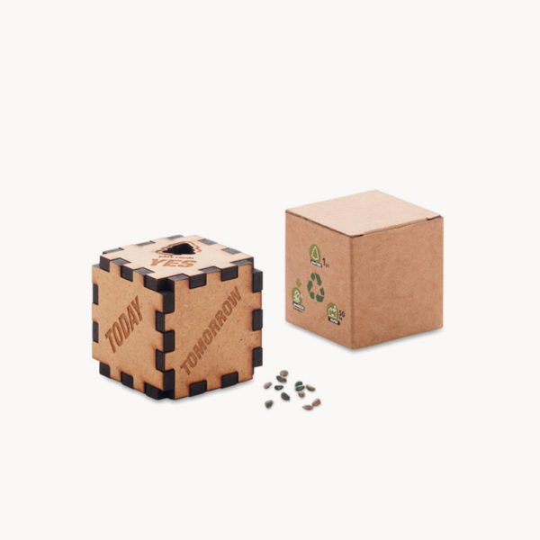 dado-madera-texto-semillas-pino