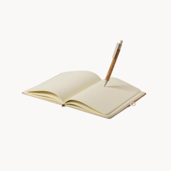 libreta-a5-corcho-algodon-boligrafo-detalle