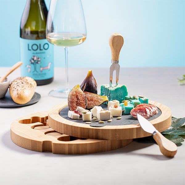 set-piezas-tabla-madera-pizarra-quesos-aperitivos-detalle